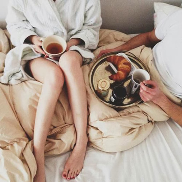 couple-having-breakfast-in-bed