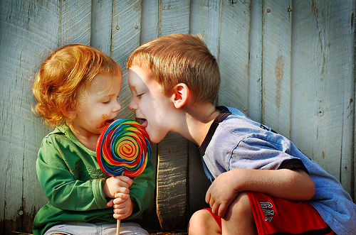 kids_sharing_lollipop