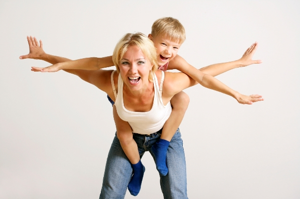 mum-flying-with-child
